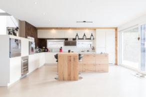 cuisine design avec sol et mur blanc