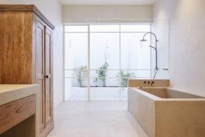 salle de bain design en bois et béton ciré