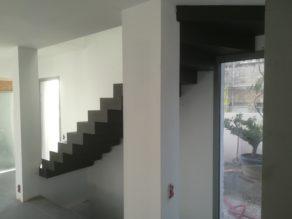 audacieux  escalier crémaillère droit habillé en béton ciré couleur ardoise à toulon pour un particulier