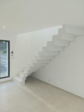 audacieux  escalier crémaillère d'un salon en béton ciré vernis mat couleur everest a montpellier  pour un particulier