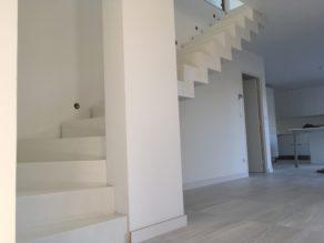 audacieux  escalier crémaillère moderne en béton ciré vernis mat couleur everest blanc pur à Bordeaux pour un particulier