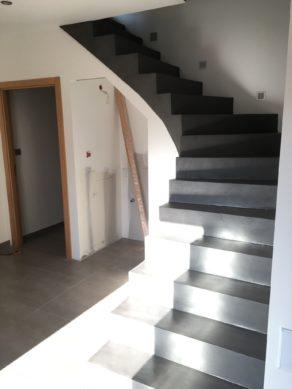 bel escalier à paillasse un quart tournant habillé en béton ciré couleur gris orbital à biscarrosse  pour un architecte