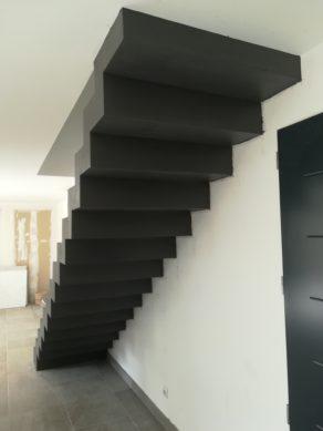belle volée droite  d'un escalier crémaillère en béton ciré vernis mat couleur platinium à la ciotat pour un particulier