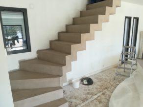 elégant escalier crémaillère deux quart tournant en béton ciré couleur seigle à avignon pour un particulier