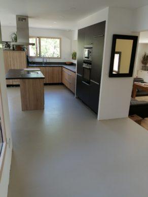 elégant sol d'une cuisine en béton ciré vernis mat couleur corde à nîmes dans le gard pour un particulier