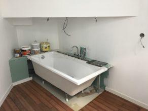 élégante rénovation d'une salle de bain en béton ciré couleur gris souris  pour un architecte