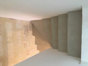 magnifique escalier à paillasse sur mesure en béton ciré couleur corde  pour un particulier