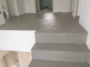 remarquable escalier à paillasse deux quart tournant en béton ciré vernis mat couleur argent anglet  pour un constructeur