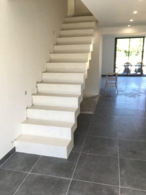 remarquable escalier crémaillère droit en rénovation couleur voile charente maritime pour un particulier