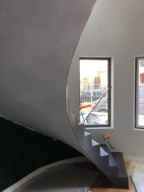 remarquable escalier hélicoïdal esthétique habillé en béton ciré couleur platinium toulouse  pour un particulier