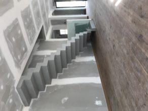 superbe escalier crémaillère contemporain en béton ciré vernis mat couleur argent villenave d ornon pour un constructeur