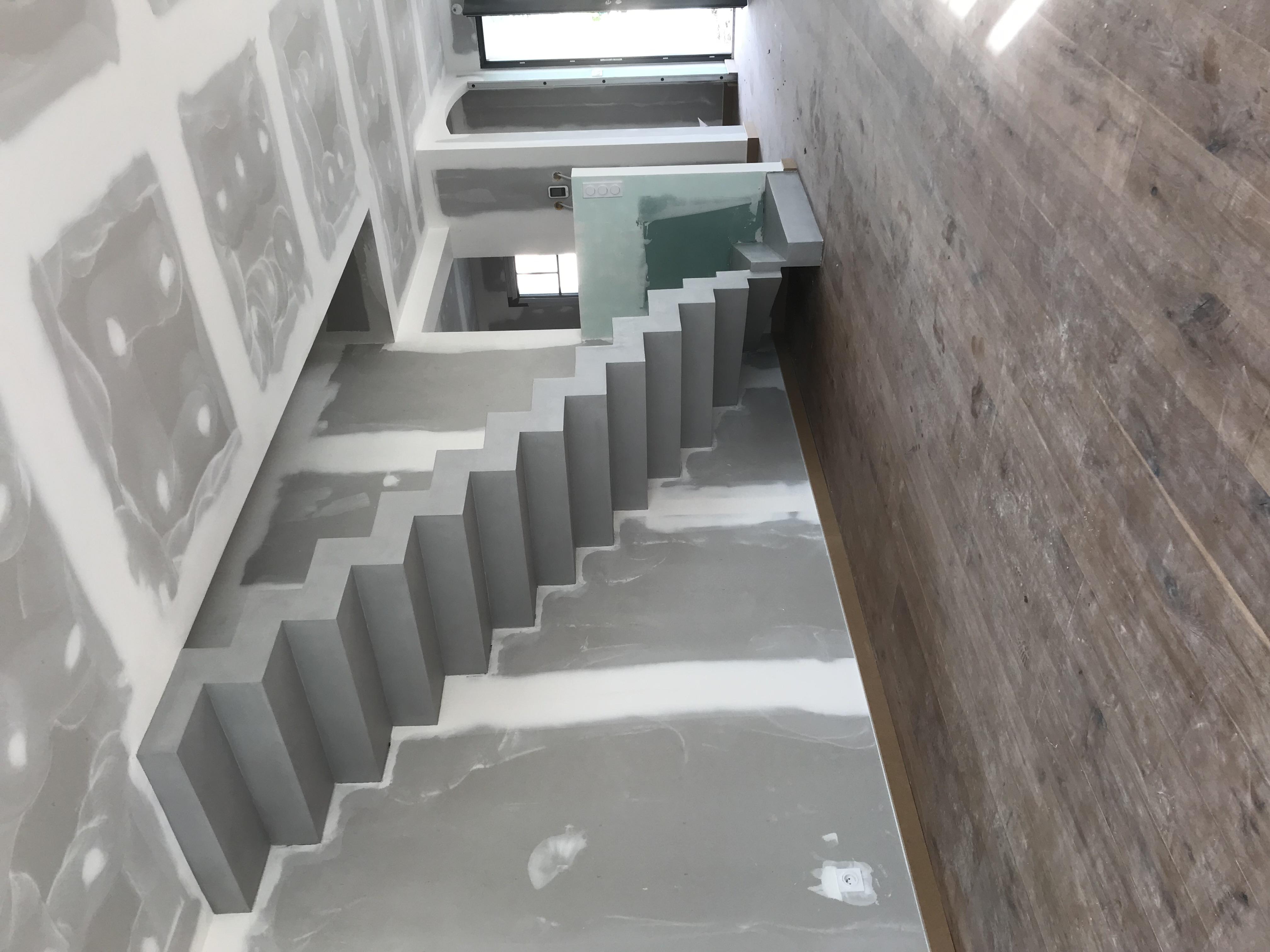 Superbe escalier crémaillère contemporain en béton ciré ...