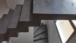 audacieux  escalier crémaillère architectural habillé en béton ciré couleur platinium à  montauban en midi pyrénées  pour un particulier