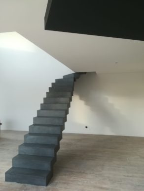 audacieux  escalier crémaillère contemporain en béton ciré vernis mat couleur alchimie  pour un particulier