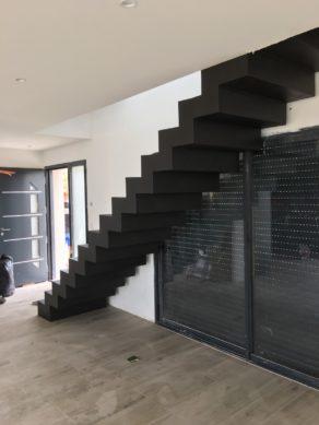 audacieux  escalier crémaillère droit en béton ciré couleur platinium à toulouse  pour un particulier