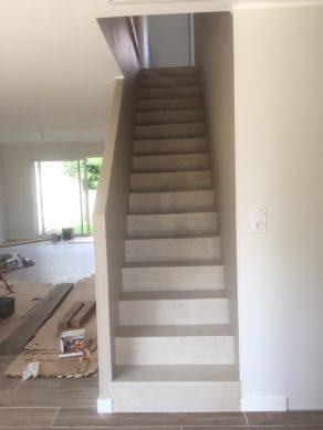 bel escalier à paillasse avec palier d'arrivé en béton ciré couleur corde à Talence  pour un particulier