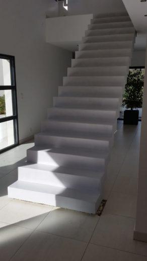 elégant escalier crémaillère avec effet flottant habillé en béton ciré couleur gris cendré à toulouse  pour un particulier