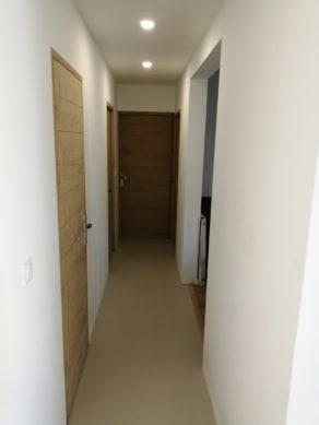 elégant sol d'une salle de bain en béton ciré vernis mat couleur corde à nimes pour un particulier