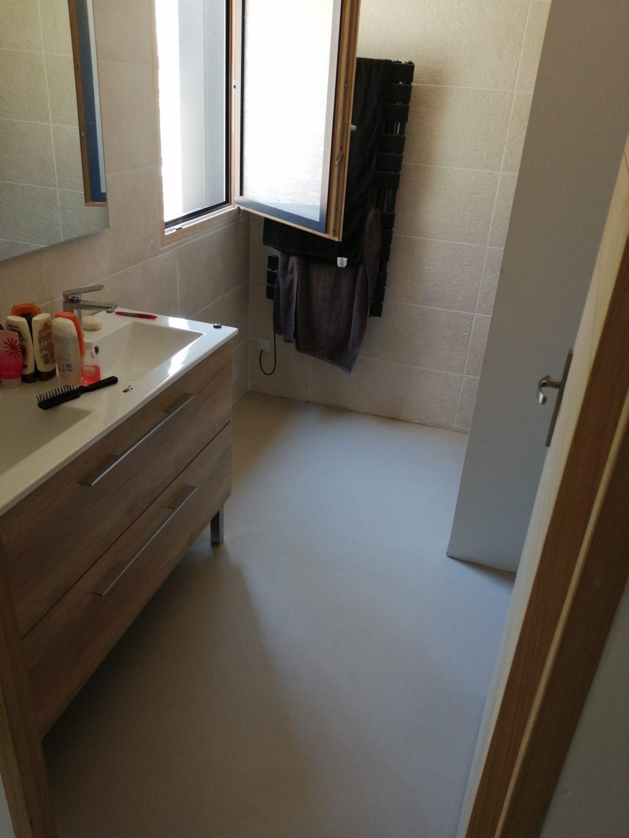 Elégant sol d\'une salle de bain en béton ciré vernis mat couleur ...