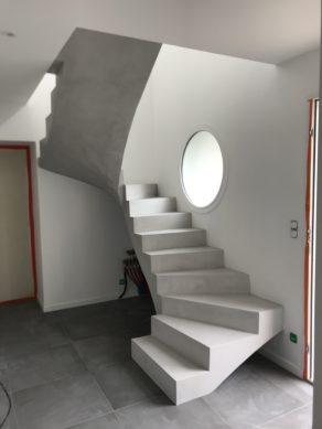 magnifique escalier à paillasse trois quart tournant en béton ciré couleur fossile à gujan-mestras  pour un architecte