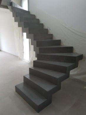 magnifique escalier crémaillère deux quart balancé en béton ciré vernis mat couleur platinium à toulouse  pour un particulier