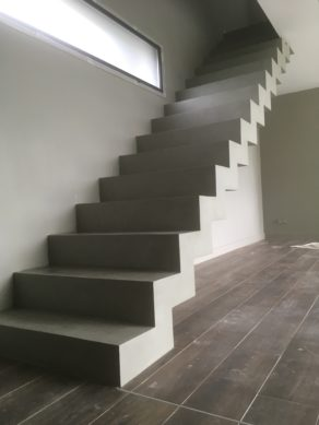 magnifique escalier crémaillère droit en béton ciré vernis mat  vert bourrache à serres-castet  pour un architecte