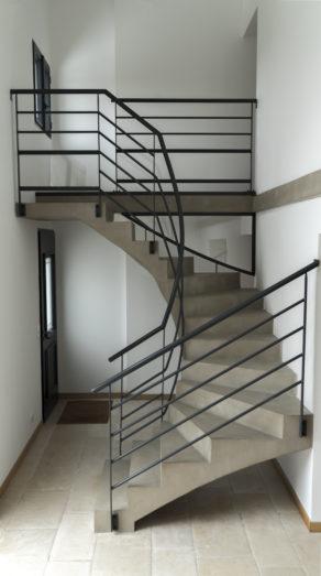magnifique volée balancée d'un escalier à paillasse en béton ciré vernis mat couleur vésuve à villenave dormon pour un particulier