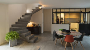 majestueux escalier à paillasse architectural en béton ciré vernis mat couleur gris orbital à bordeaux  pour un particulier