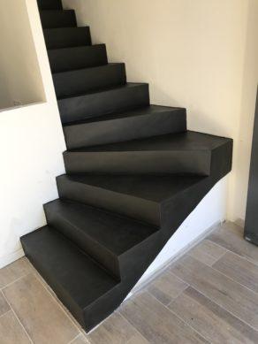 remarquable contremarches d'un escalier à paillasse en béton ciré couleur ardoise  pour un particulier