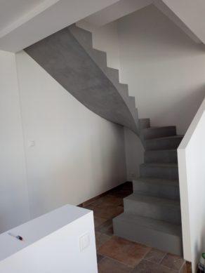 remarquable volée balancée d'un escalier à paillasse en béton ciré couleur argent  pour un maitre d'œuvre