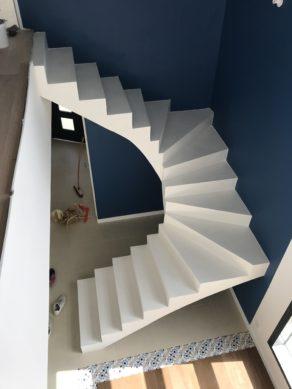 somptueux escalier à paillasse deux quart tournant en béton ciré couleur everest blanc à Bordeaux pour un particulier