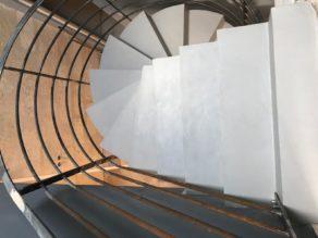 somptueux escalier à paillasse hélicoïdal en béton ciré couleur gris souris  pour un architecte