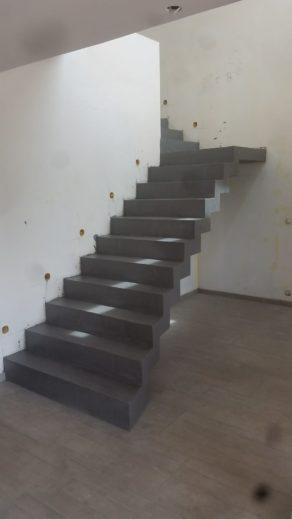 splendide escalier crémaillère avec palier intermédiaire en béton ciré couleur platinium à rodez en midi pyrénées  pour un particulier