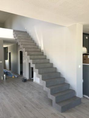 sublime escalier crémaillère d'un salon en béton ciré couleur aluminium à biganos  pour un constructeur