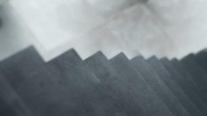superbe escalier crémaillère contemporain en béton ciré vernis soyeux couleur platinium à carignan de bordeaux pour un particulier