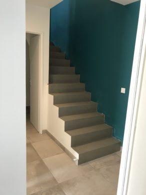 superbe marches d'un escalier à paillasse en béton ciré couleur gris éléphant à Lanton  pour un particulier