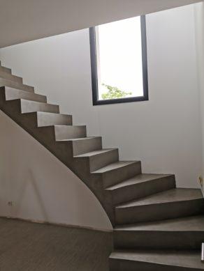 audacieux  escalier à paillasse un quart tournant en béton ciré vernis mat couleur persan À pessac près de bordeaux pour un constructeur