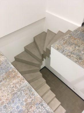 audacieux  escalier graphique contemporain en béton ciré couleur galet original A capbreton  pour un constructeur