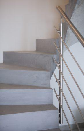belle volée balancée d'un escalier à paillasse en béton ciré vernis mat  à toulon pour un particulier