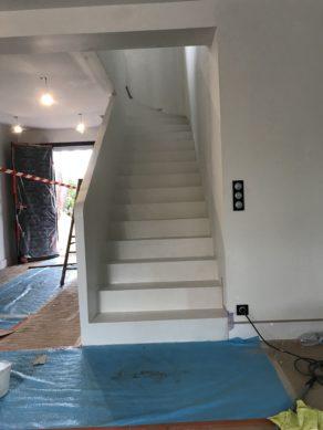 elégant escalier à paillasse avec garde corps extérieur en béton ciré couleur everest au cap-ferret(33) pour un constructeur