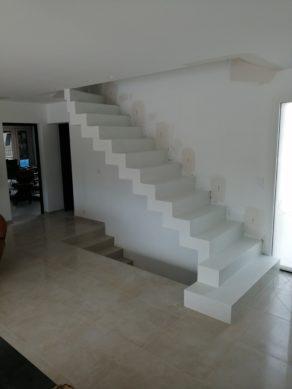 elégant escalier crémaillère avec marches royales en béton ciré vernis mat couleur everest Blanc pur. Réalisation à Aix en Provence  pour un particulier