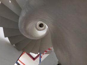 magnifique escalier en colimaçon avec garde corps intérieur  en béton ciré vernis soyeux  bruxelles  pour un constructeur