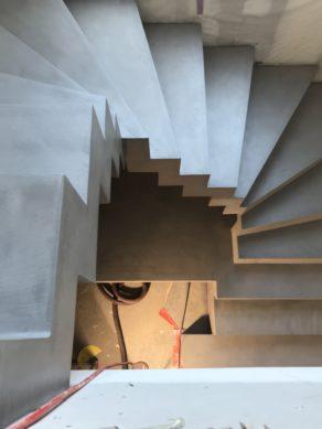 majestueux escalier crémaillère avec marches royales en béton ciré couleur étain À la pointe du Cap-Ferret (33) pour un architecte