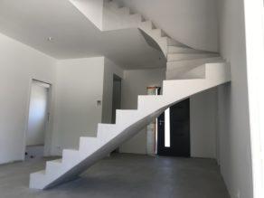 remarquable escalier à paillasse deux quart tournant en béton ciré couleur gris cendré à andernos-les-bains  pour un particulier