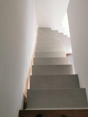 sublime escalier crémaillère décollé du mur en béton ciré vernis mat couleur gris souris À Quinsac près de bordeaux pour un constructeur