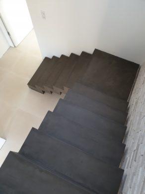 sublime marches d'un escalier crémaillère en béton ciré vernis mat couleur nubuck à Lyon pour un particulier