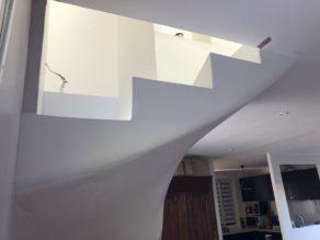 superbe escalier à paillasse balancées en béton ciré  De couleur blanc pur, à VIllenave d ornon  pour un particulier