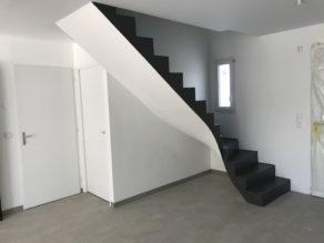 superbe escalier à paillasse un quart balancé en béton ciré couleur alchimie À Ascain dans le 64  pour un particulier