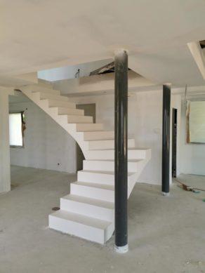audacieux  escalier à paillasse suspendu en béton ciré couleur everest Blanc pur à Bidart  pour un architecte