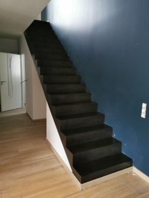 belle volée droite  d'un escalier à paillasse en béton ciré vernis mat couleur ardoise A anglet (64) pour un constructeur